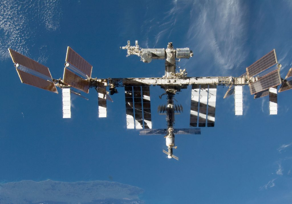 Międzynarodowa Stacja Kosmiczna (ISS) na pokładzie której zainstalowany jest instrument DESIS, opracowany z udziałem Polaków z Centrum Badań Kosmicznych PAN. Fot. NASA
