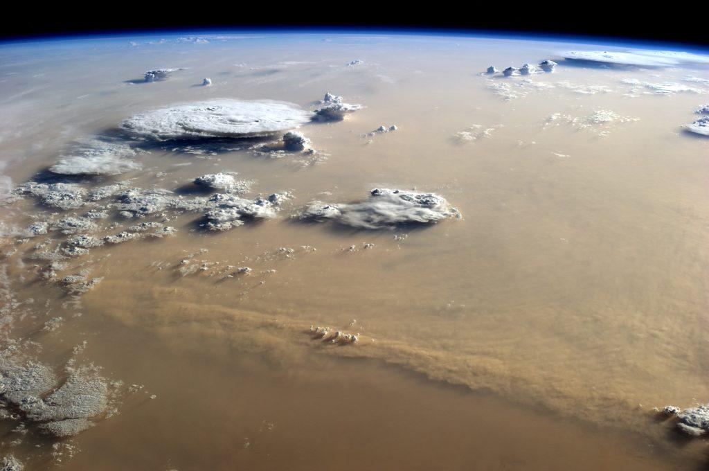 Chmury burzowe nad Nigrem i Mali, oraz burza pyłowa nad Saharą, sfotografowane z pokładu Międzynarodowej Stacji Kosmicznej (ISS). For. NASA