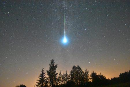 Meteor z roju Perseidów (rok 2016), nieco ciemniejszy niż Księżyc w pełni. Fot. Mariusz Wiśniewski
