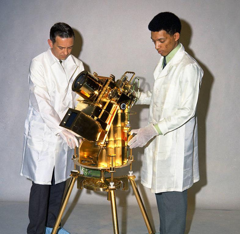 "Instrument Far Ultraviolet Camera/Spectrograph i jego ""ojciec"" - dr George Carruthers (po prawej). Fot. NASA"