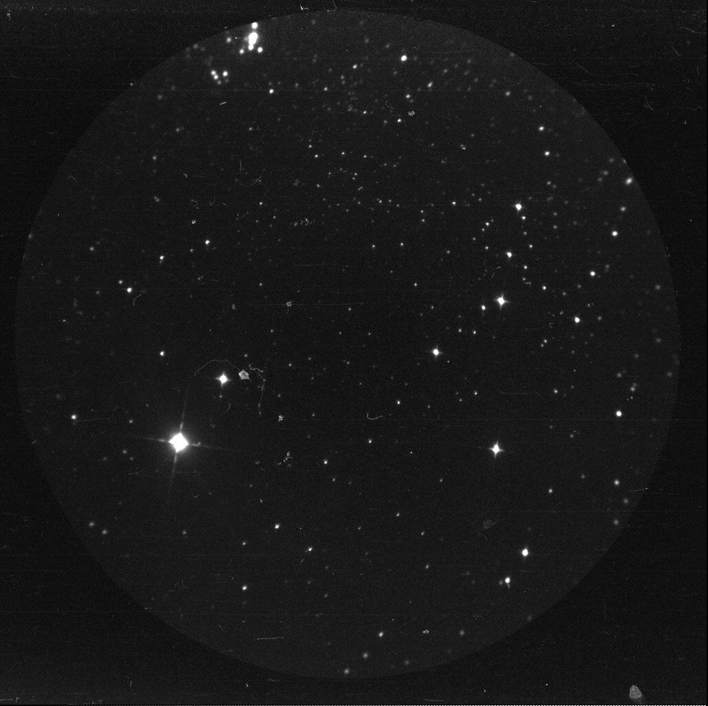 Gwiazdy, gwiazdy i jeszcze więcej gwiazd. Wszystkie widziane z powierzchni Księżyca, w ciągu dnia, w czasie misji Apollo-16. Fotografia w zakresie ultrafioletu uzyskana za pomocą pomocą instrumentu Far Ultraviolet Camera/Spectrograph. Fot. NASA