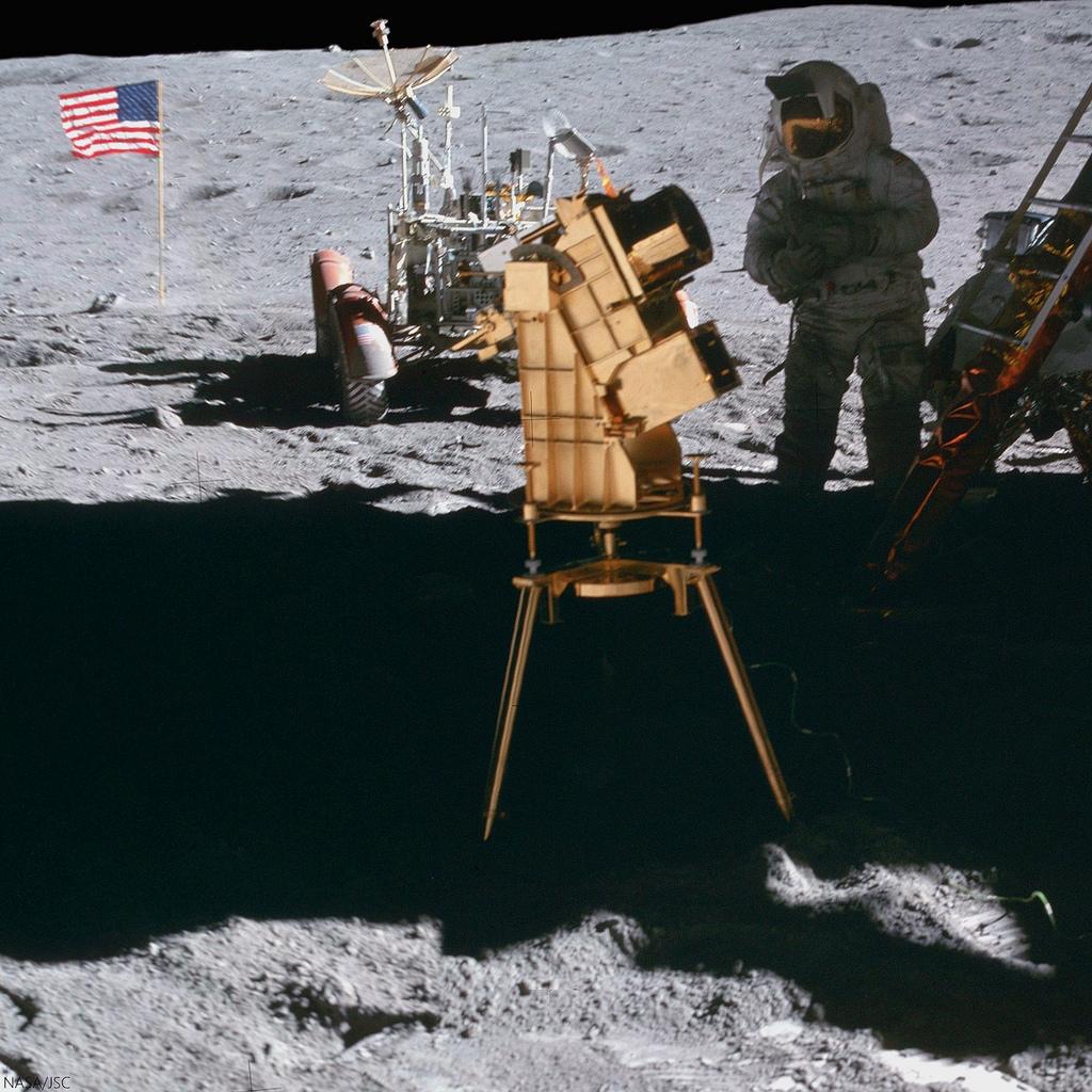 Instrument Far Ultraviolet Camera/Spectrograph na Księżycu, w czasie misji Apollo-16. Fot. NASA