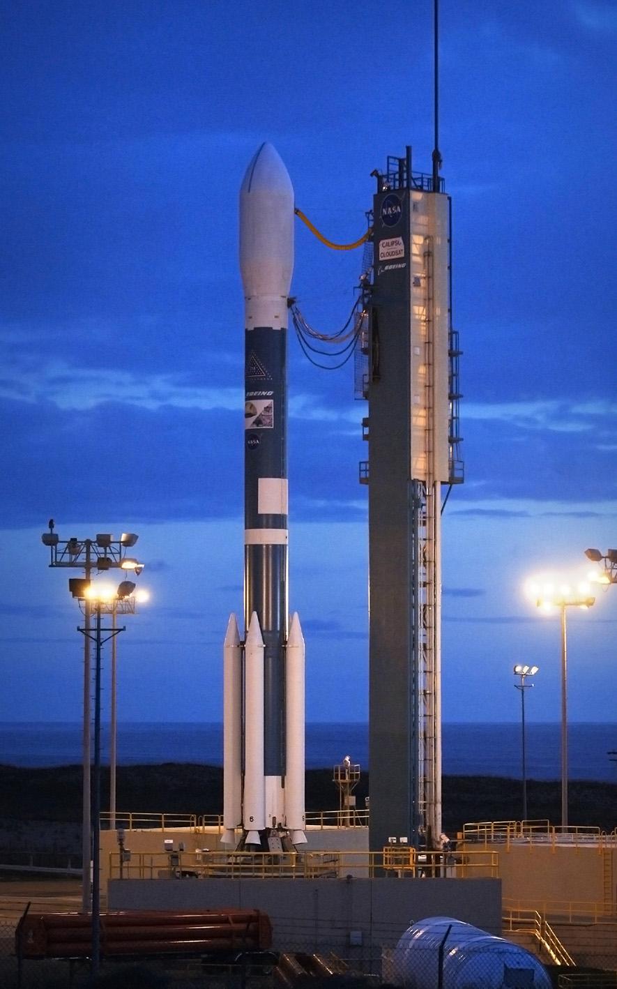 Rakieta nośna Delta II oczekująca na wystrzelenie z bazy Vandenberg w Kalifornii. Na pokładzie rakiety wyczekiwane przez naukowców satelity CloudSat i CALIPSO. Fot. NASA