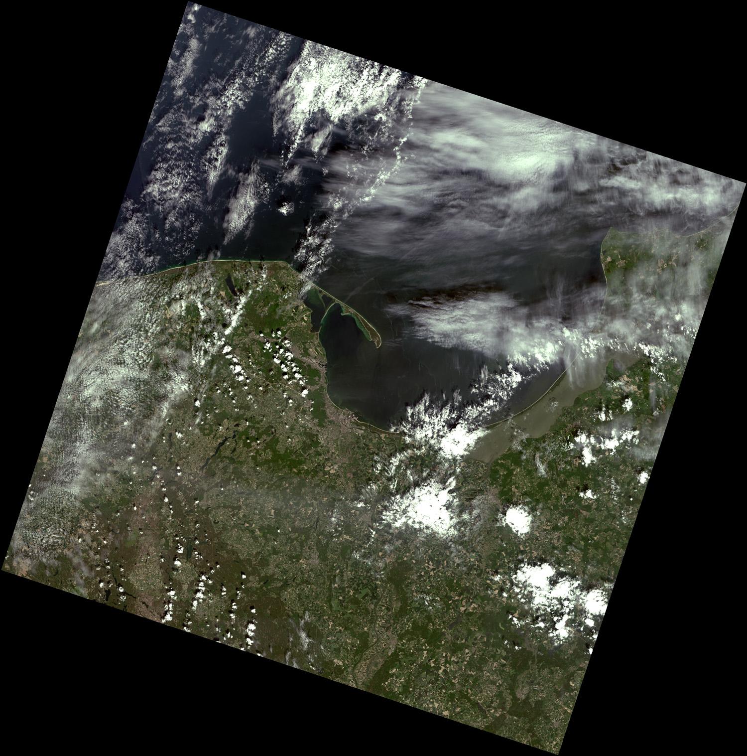 """Landsat okrążając Ziemię skanuje non stop jej powierzchnie lądową. Pas obrazowania o szerokości 185 km cięty jest następnie na fragmenty długości 180 km. Tak powstaje """"scena"""" Landsata – pojedynczy obraz, który za darmo można pobrać z internetu. Powyższy obraz to obserwacja Landsata-8, sensor OLI, z 8 czerwca 2021. Fot. A.Kotarba, dane źródłowe: USGS."""
